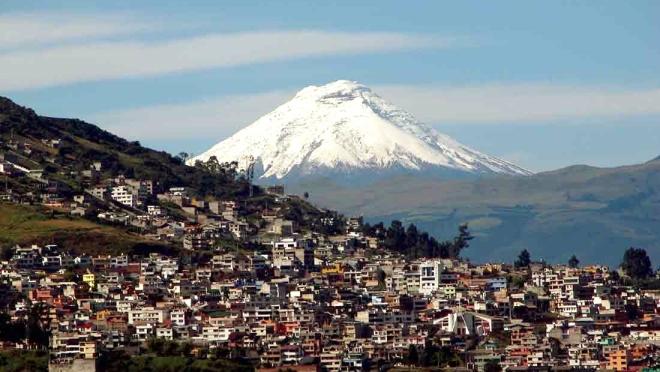 Quito, com vulcão Antisana ao fundo.